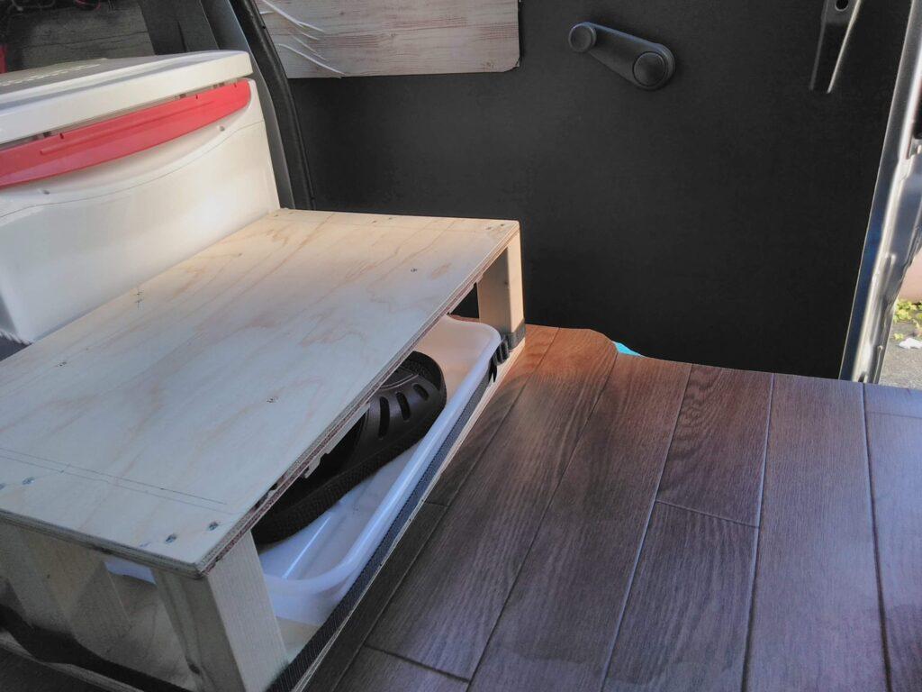 木箱に靴のトレーを収納する