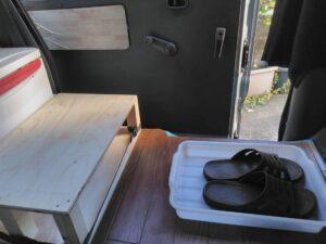 土間の木箱と靴のトレー