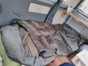 キャンプ用寝袋の車中泊使用例