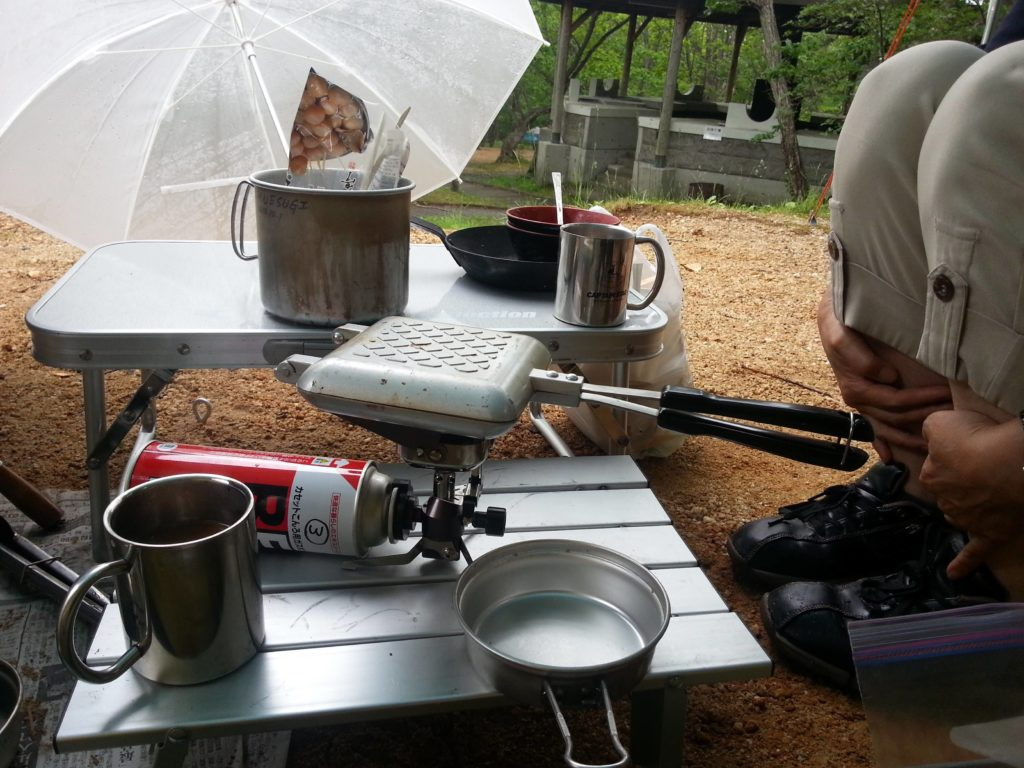 オートキャンプ場で車中泊。料理が外でできるので、この丈夫なテーブルを使いました。火に強いので、外でも十分利用できます。