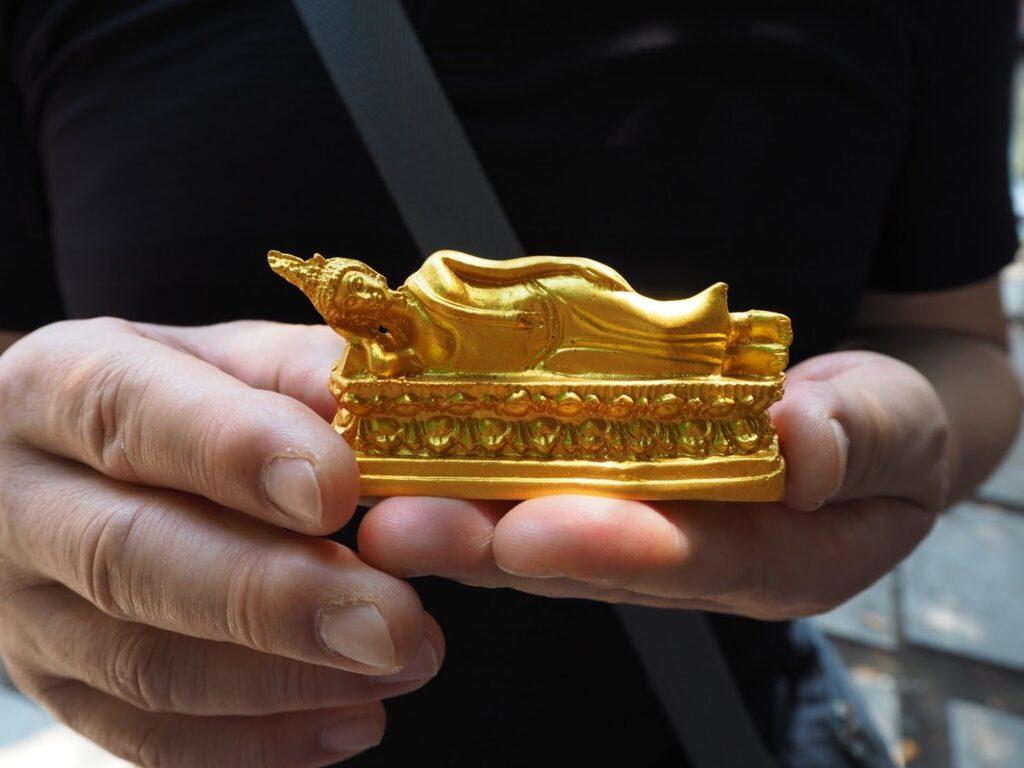 ワット・アルン の出店でお釈迦様の像を買う