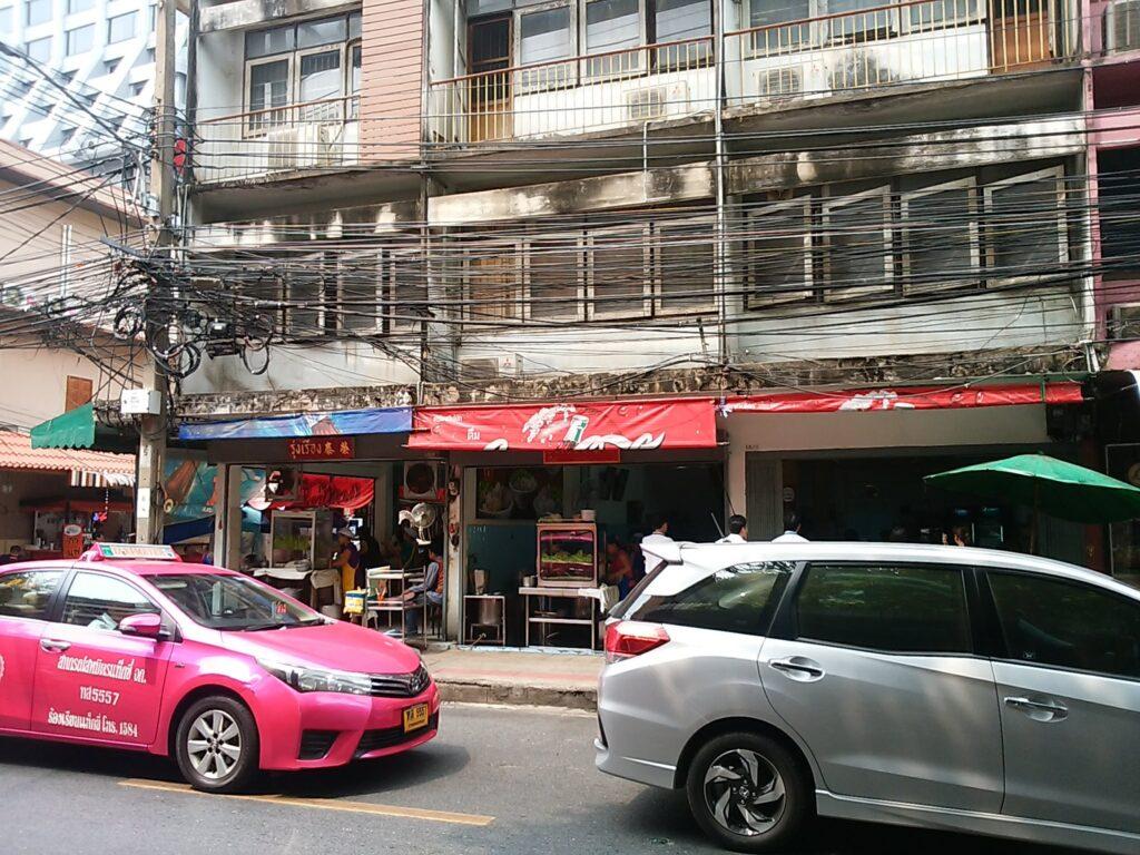 バンコク市内の庶民に人気のラーメン店