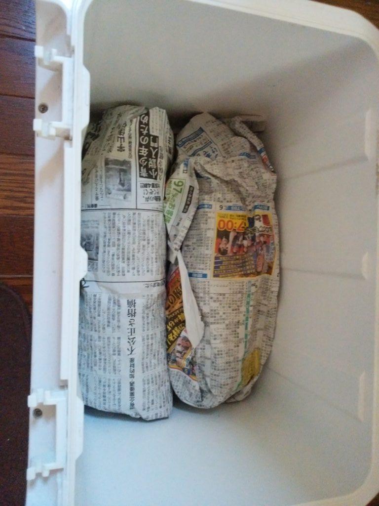 新聞紙で包んだペットボトル