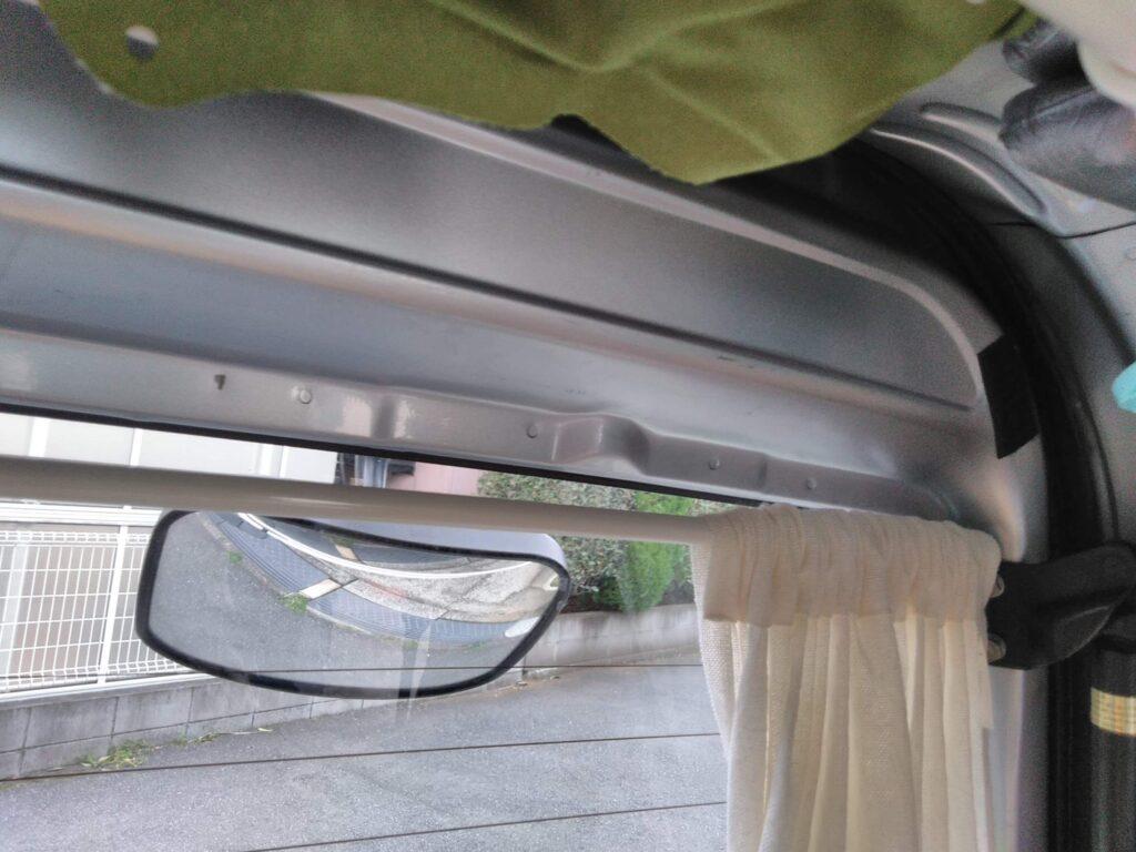 バックドアの窓のカーテン取付