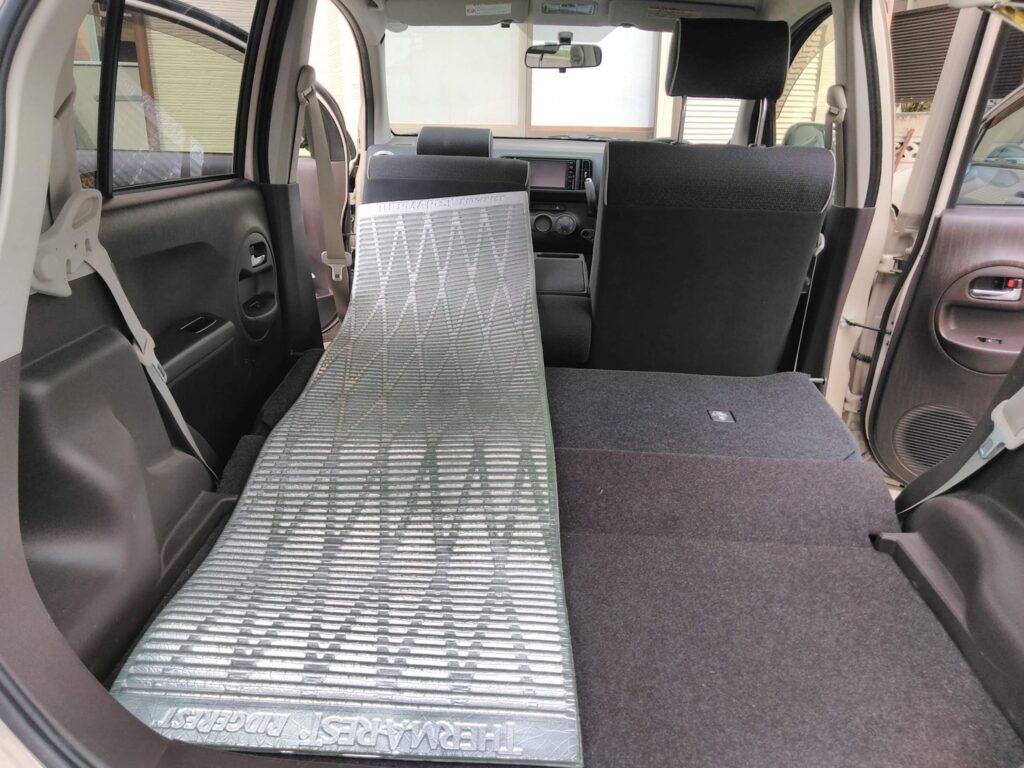 コンパクトカーでも50cm幅があれば足をのばして寝れます。