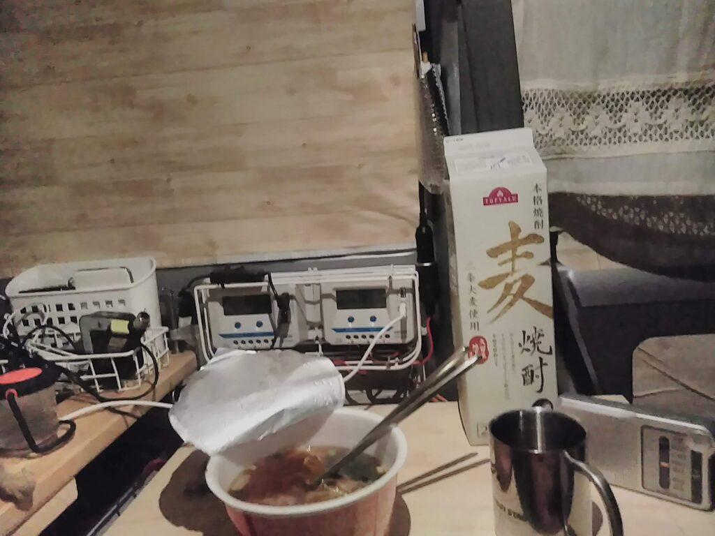カップ麺とお酒の準備