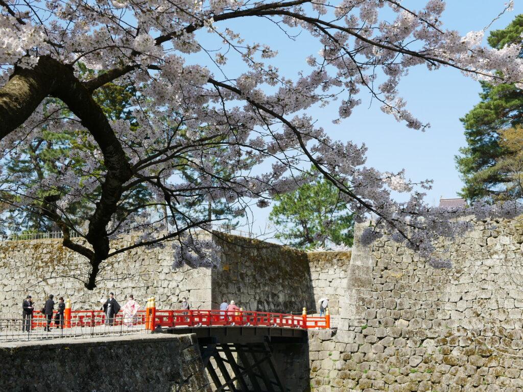 鶴ヶ城に入る門と橋