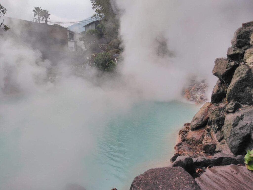 海地獄。何も見えませんが、コバルトブルーのきれいなお湯ですごい蒸気が上がっています。