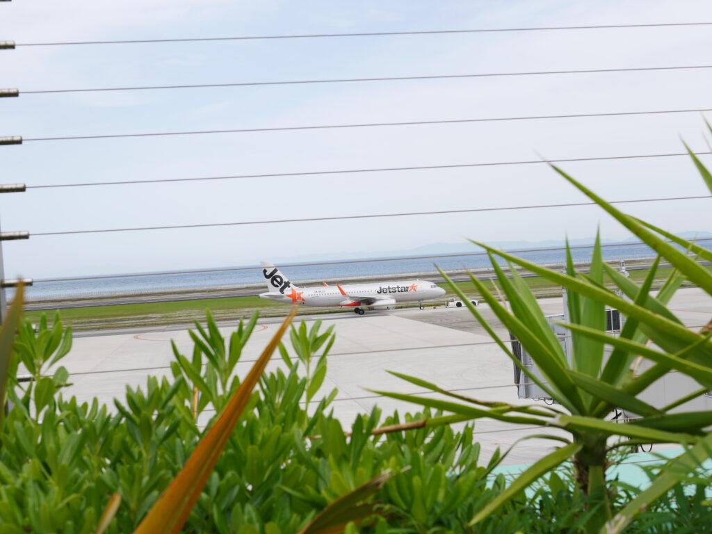 大分空港で飛行機待ちです。展望デッキが気持ちいいです。