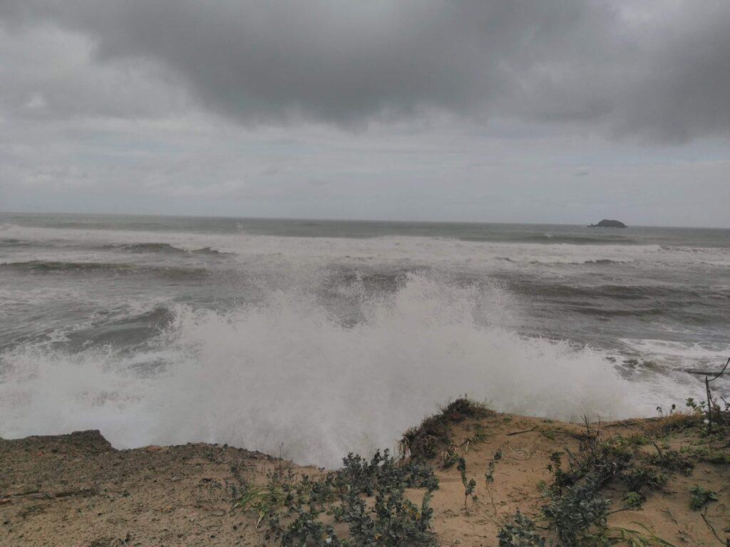 駐車スペース横の鳥取の海 台風通過後で荒れていた。