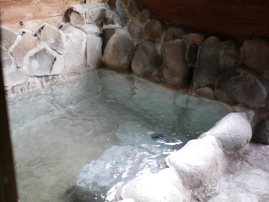 家族風呂の温泉は、お湯があふれています。