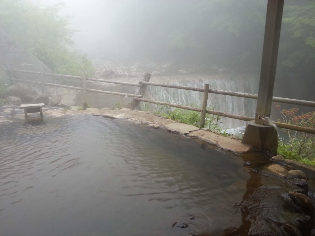 川のそばの露天風呂