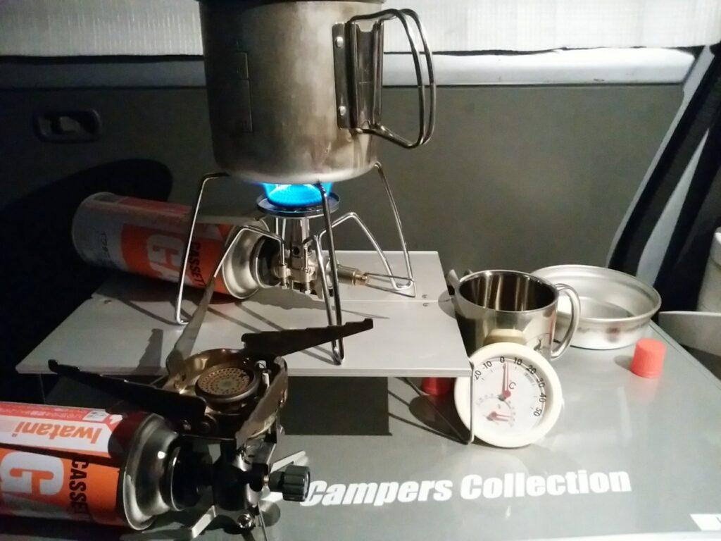 バーナーとコッヘル 0℃でもガスが安定している。soto-310(奥)、手前はイワタニのジュニア