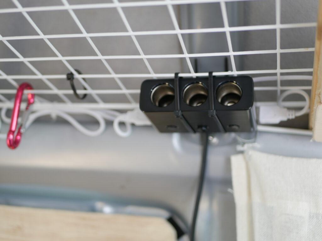 アミの棚に12VのコンセントとUSBが使えるソケットを結束バンドで固定しています。