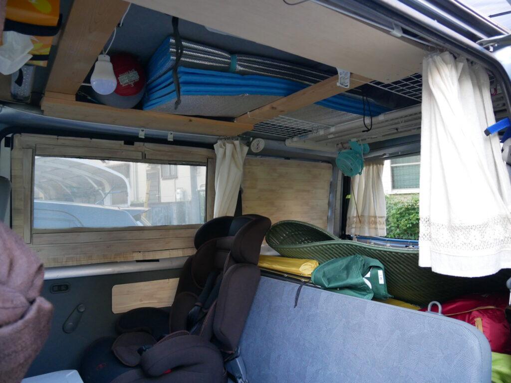 天井に井桁に組んだ棚と後部上の突っ張り棚。窓の網戸。