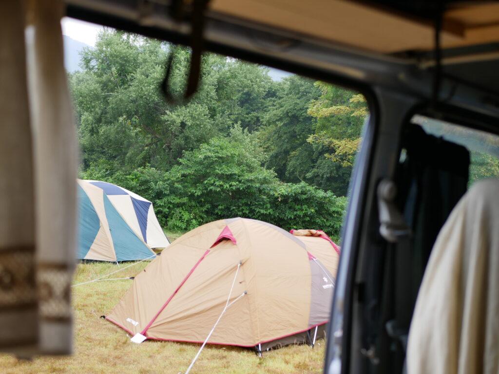 車の横にテントを張って、楽しみます。着替えや、スマホ、WiFiの充電は車で。