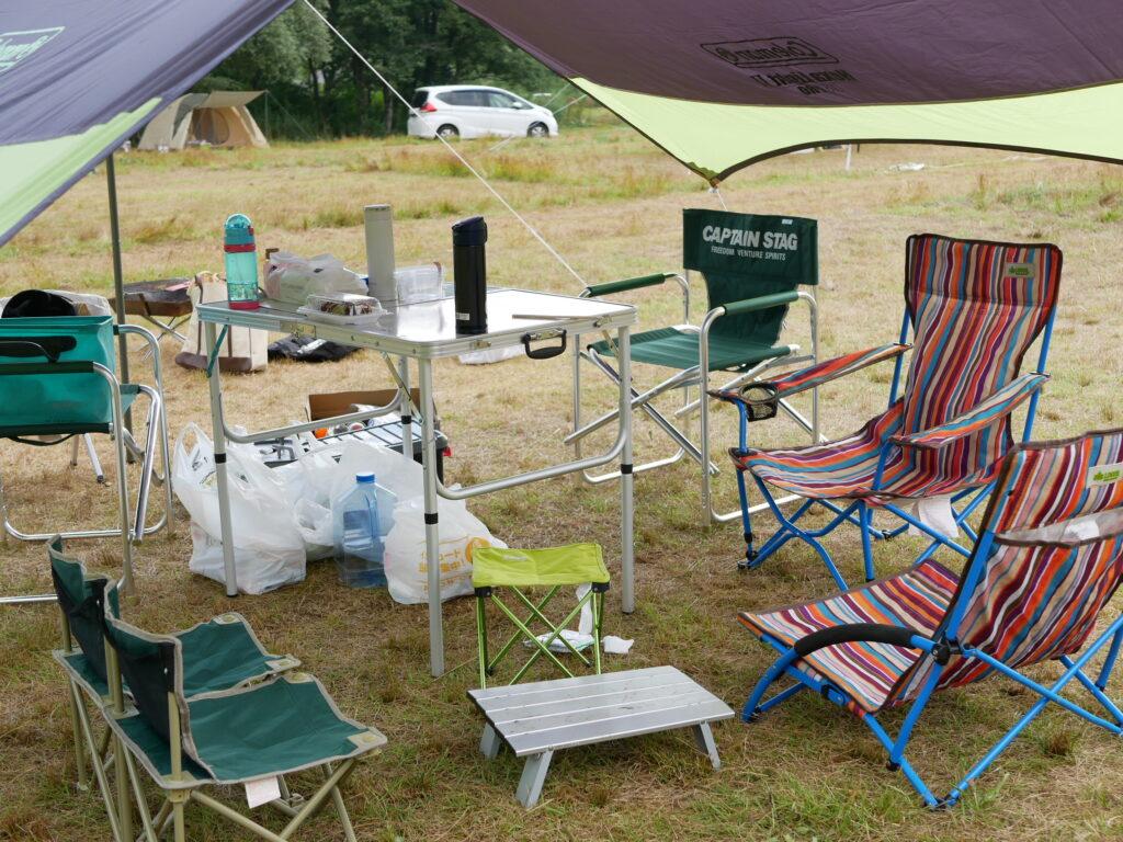 キャンプでのイスとテーブル