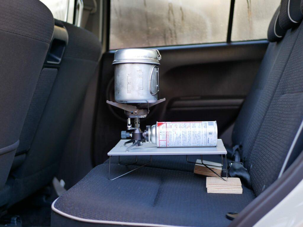 後部座席をフラットに保つ ミニテーブルの脚に板を敷く