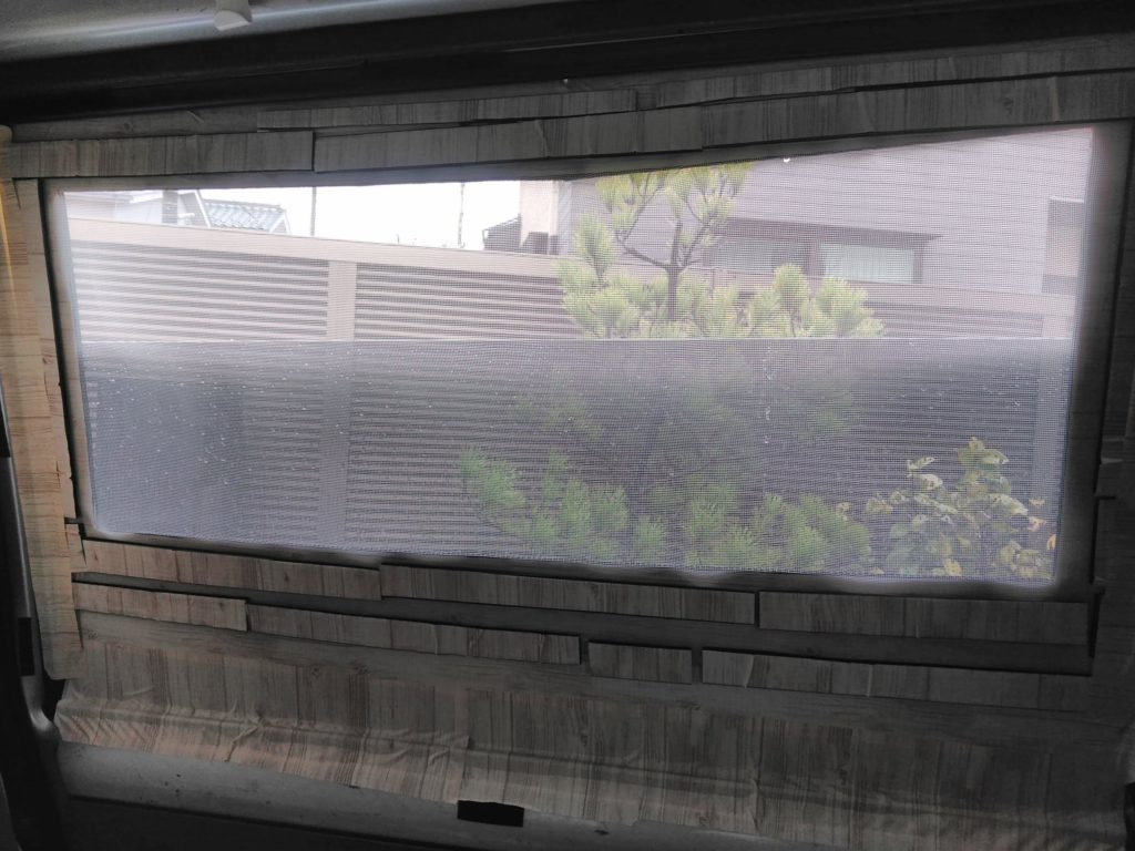 窓にプラダン網戸をセットしてガラスを半分開けた感じです。
