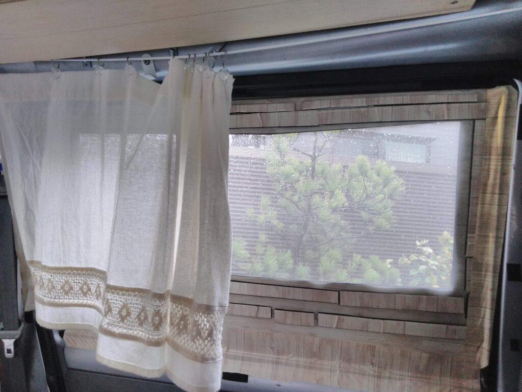 内側からカーテンで目隠し。スキマから十分風が入ります