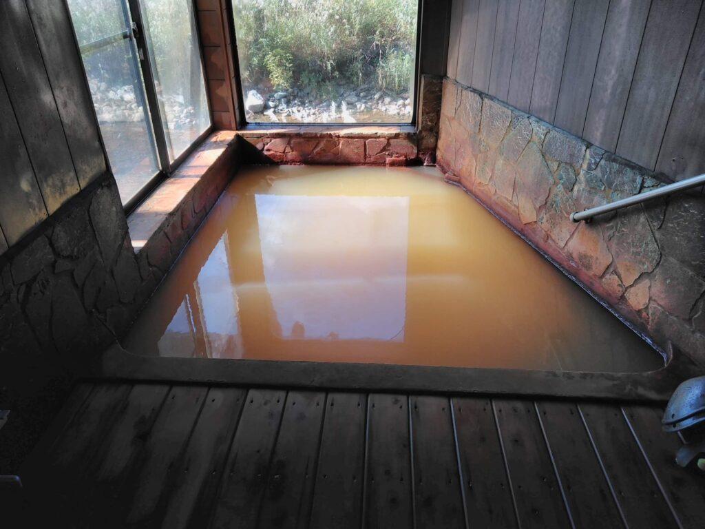 マタギが入ったというお湯 外から丸見えの解放感抜群の湯舟