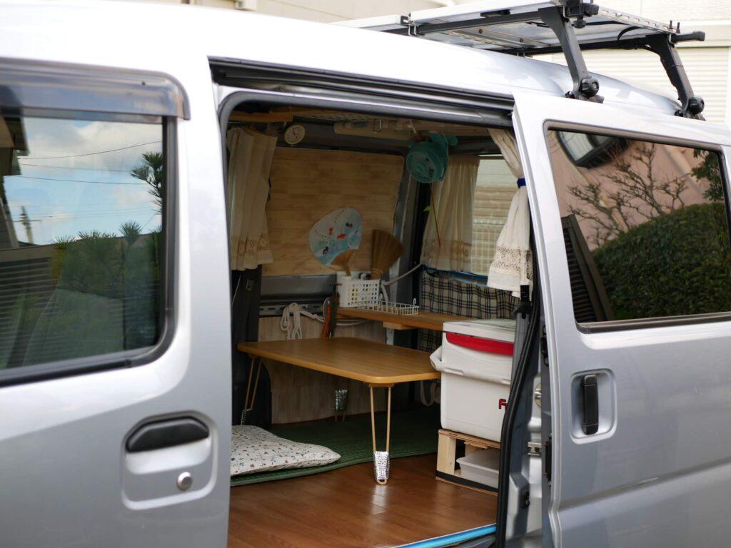室内高を高くとると、出入りも楽です。床下収納が無いと車内空間が広々と感じます。