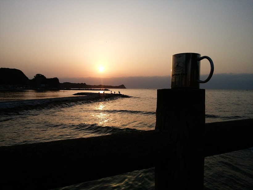 車から出て、海辺の腰かけて飲むコーヒーはおいしい。BGMは波の音