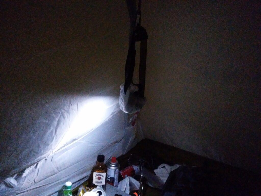 テントの中でヘッドランプを使っている様子