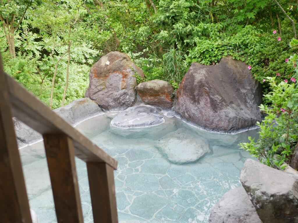 湯布院の贅沢。小川と木々に囲まれた露天風呂