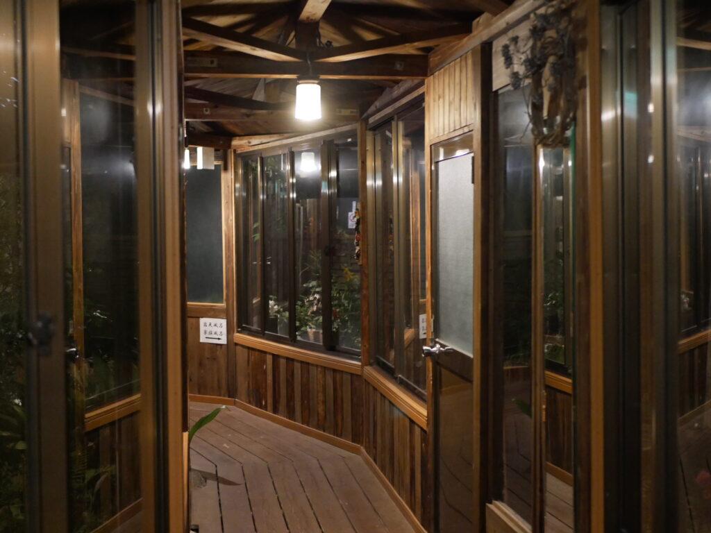 温泉宿の夕暮れはロマンチックな風情があります