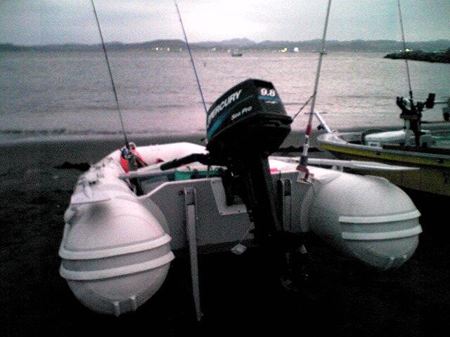 ゴムボートで沖にでます。千葉県館山の浜辺
