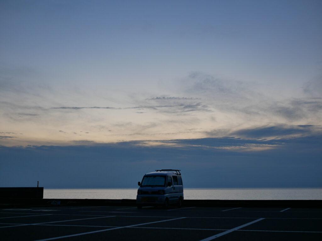 夕暮れには空と海の色が変化する