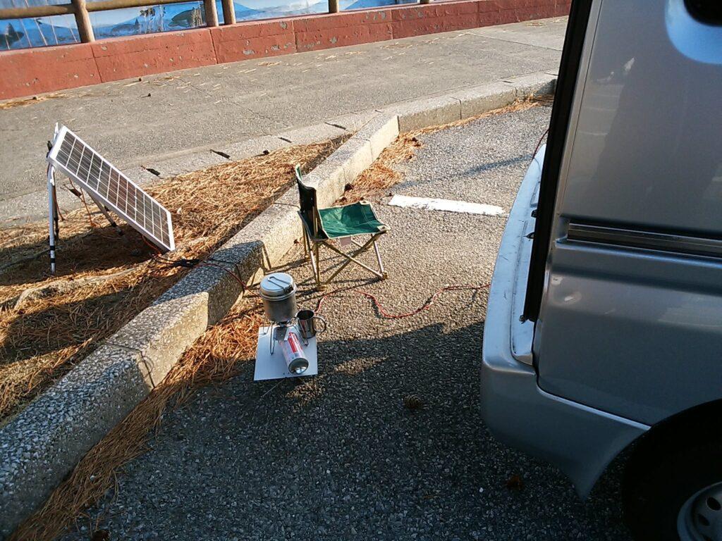 車用バッテリーも外に出して停車中に充電する。走行中は危険なので充電できない。