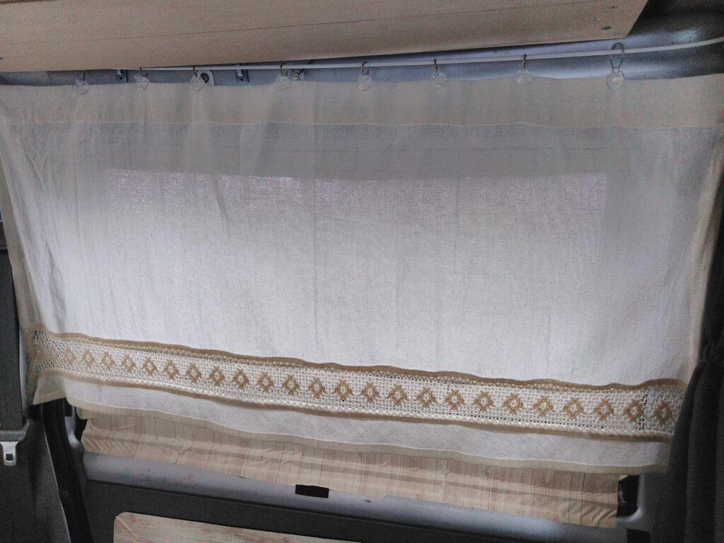 100均のカーテンを窓につるす
