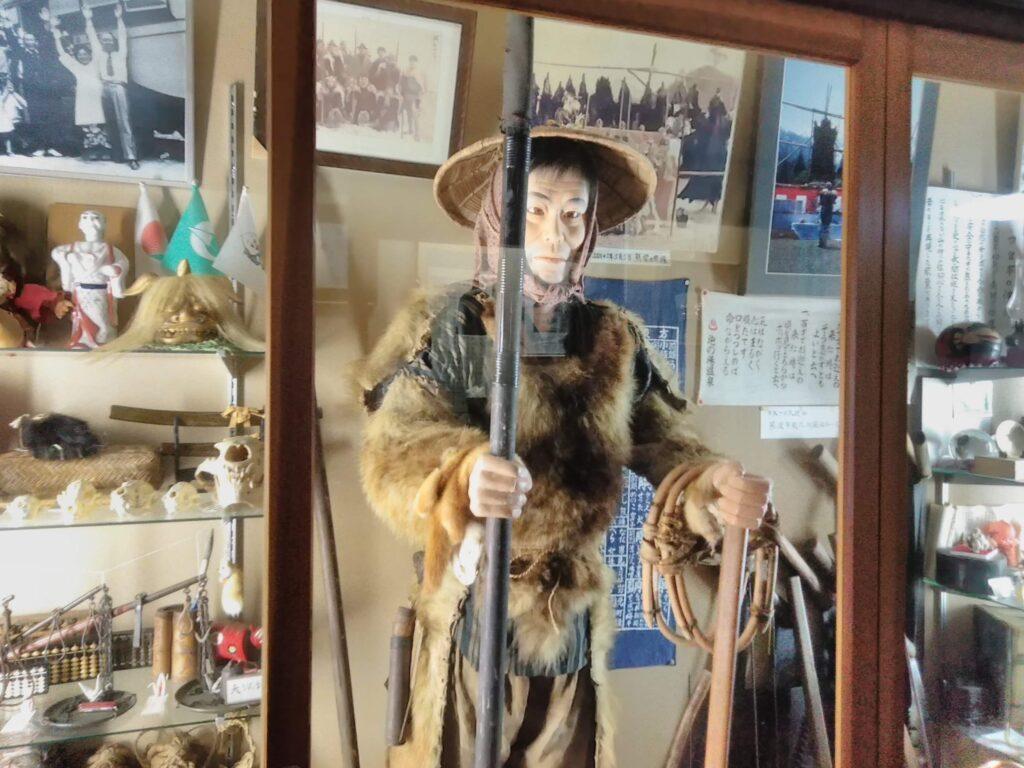 宿にマタギの道具等が展示してあります。