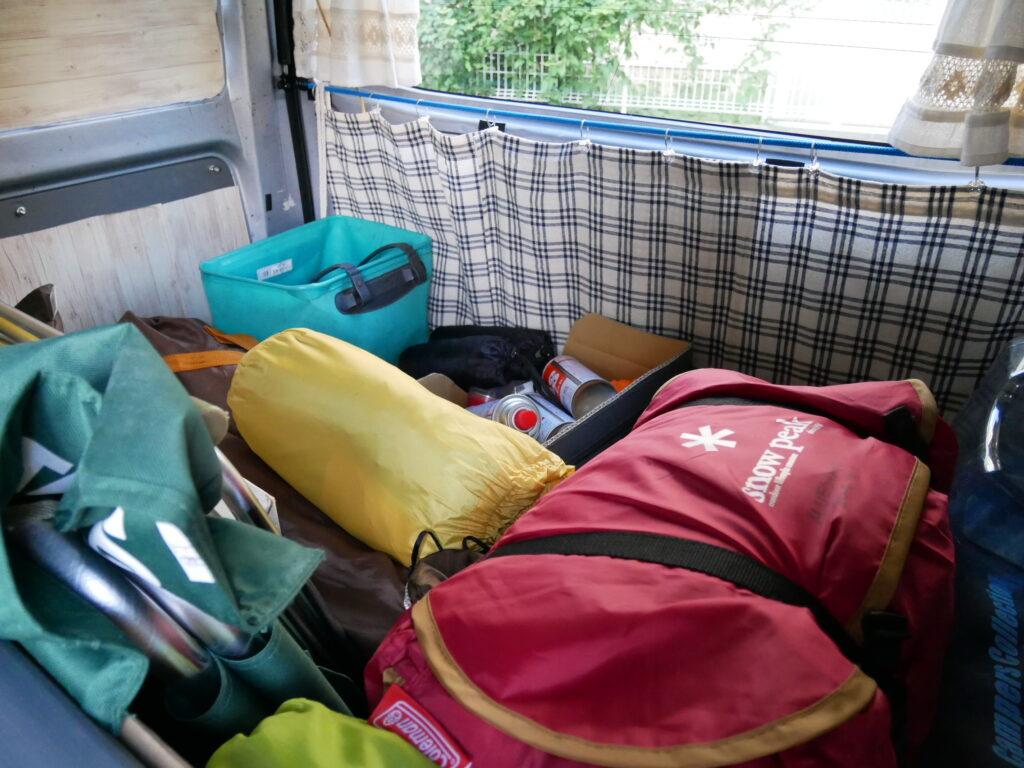 軽バンにテントやイスまで積んでいた。