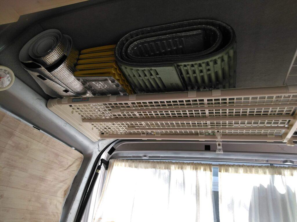 突っ張り棚で作った車内の収納棚